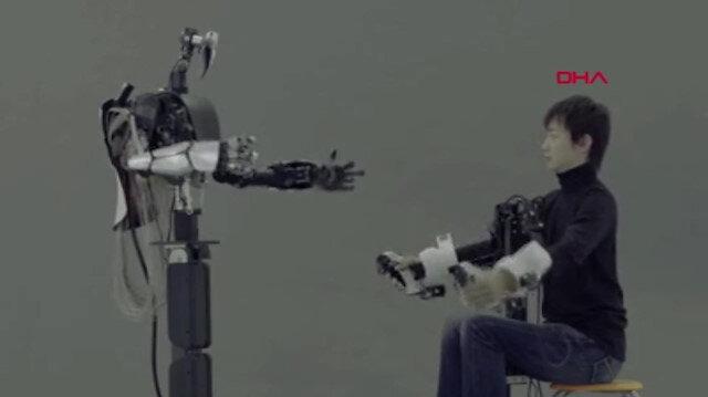 İnsan hareketlerini birebir taklit eden robot