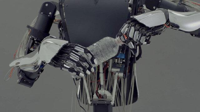 Meltin isimli robot şişe kapaklarını ve kapıları açabiliyor.