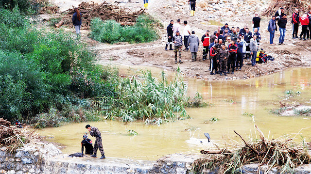 Girne'de şiddetli yağışın neden olduğu sel sularının sürüklediği çok sayda araç hurdaya döndü. Dalgıçlar, Girne'deki selin ardından su birikintilerinde ceset aradı.