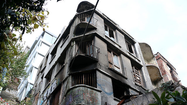 Yangın nedeniyle bina kullanılamaz hale geldi.