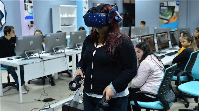 Hedeflerin gerçekleştirilmesi için hazırlanan sanal gerçeklik sınıfına yüksek kapasiteli 14 bilgisayar, 13 tablet, plotter, 3D yazıcı, lazer yazıcı, sanal gerçeklik sistemi, artırılmış gerçeklik sistemi, sistemler için yazılımlar, televizyon, klima ve mobilya donanımları alındı.