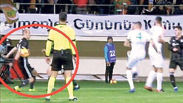 Alanyasporlu futbolcuların penaltı beklediği o pozisyon. (Görüntü Bein Sports'tan alınmıştır.)