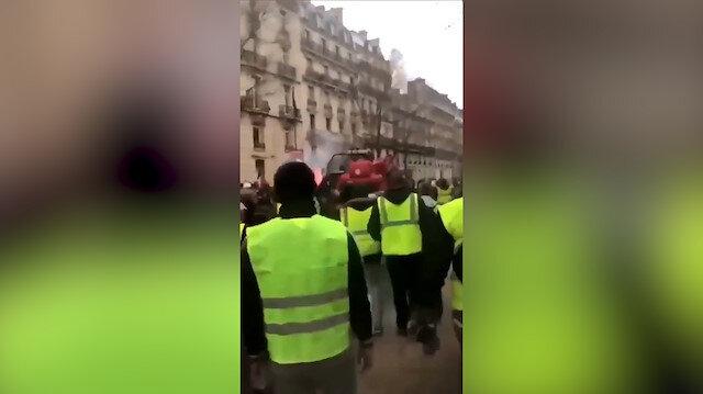 Sarı Yelekliler kepçe çalıp Fransız polisinin üstüne yürüdü