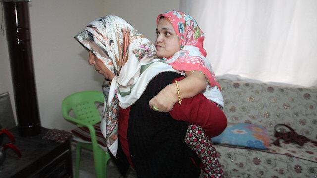 Kızını 35 yıldır sırtında taşıyor