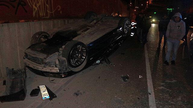 İzmir'de takla atan otomobilin sürücüsü olay yerinden taksi ile uzaklaştı.