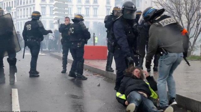 Fransız polisi kadın göstericiyi saçından tutarak sürükledi