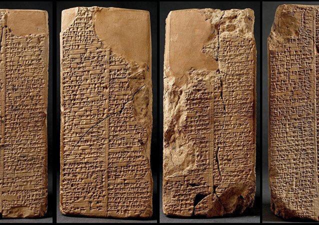 Londra'daki British Museum'da sergilenen Sümerler döneminden kalma 3800 yıllık bir tabletinin, tarihte bilinen ilk tüketici çivi yazısı örneği.