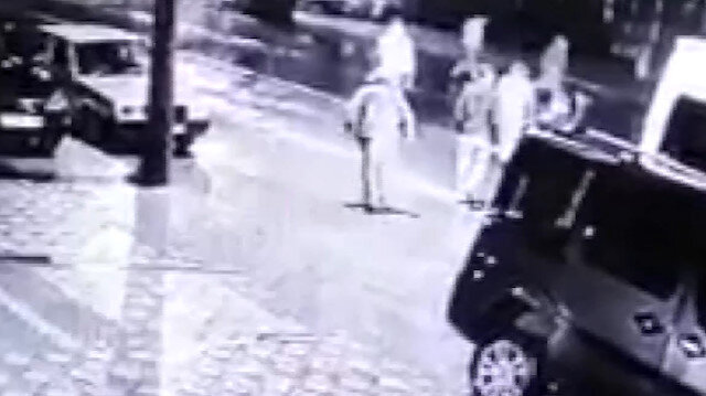 İşçi servisinden inen kadına otomobil böyle çarptı