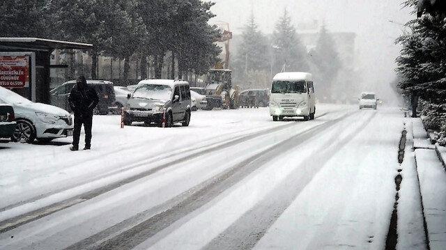 Kar yağışı nedeniyle sokaklar beyaza büründü.