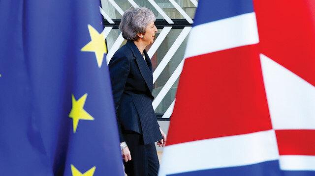 Theresa May şimdilik lider