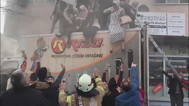 Yangından son anda kamyonetin üzerine atlayarak kurtuldular