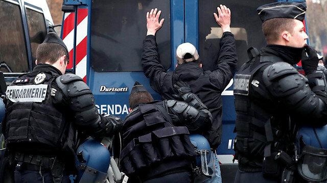 Paris'te polis ve sarı yelekliler arasında arbede