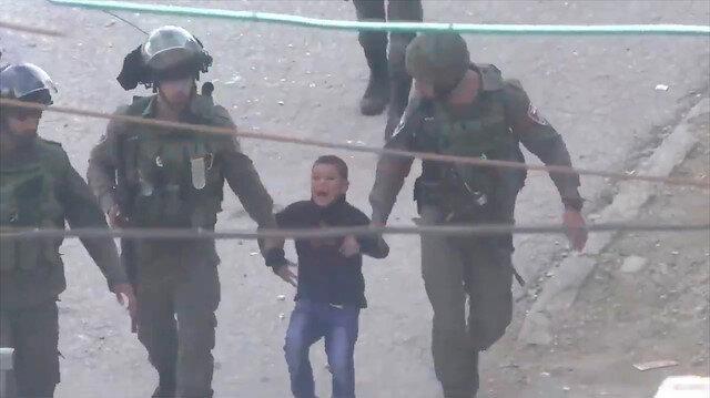6 yaşındaki Filistinli çocuğu 4 asker gözaltına aldı!