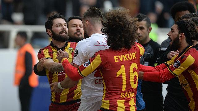 Süper Lig maçında saha karıştı