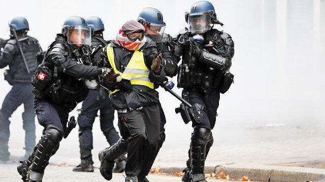 Polis de sarı yelek giyecek