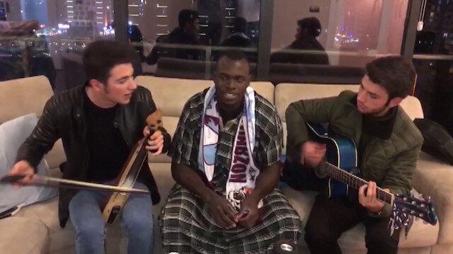Trabzonsporlu Toure kemençe eşliğinde şarkı söyledi