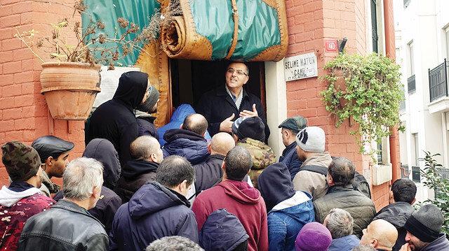 Beyoğlu'daki Selimiye Hatun Camisi'nin imamı, evsizlerin ihtiyaçlarını karşılayıp dertlerine çözüm buluyor. Caminin alt katına banyo yaptıran Görkem, bununla da yetinmeyerek her cuma temiz kıyafet her cumartesi sabahı çorba, çay, simit, kek ikramında bulunuyor.