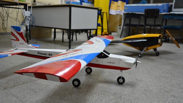 بروفيسور تركي يحقق حلمه في تصميم 100 نموذج طائرة