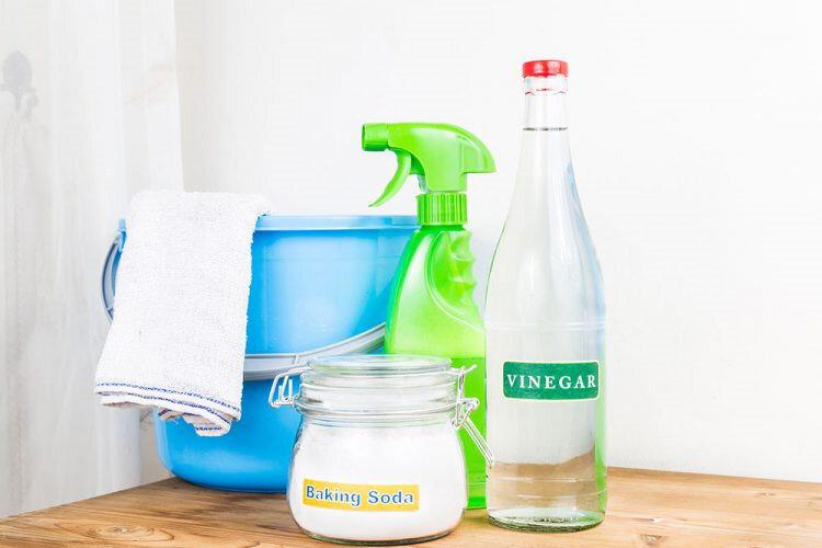 Çamaşır suyuna alternatif olarak, sirke etkili bir leke çözücü olarak biliniyor.