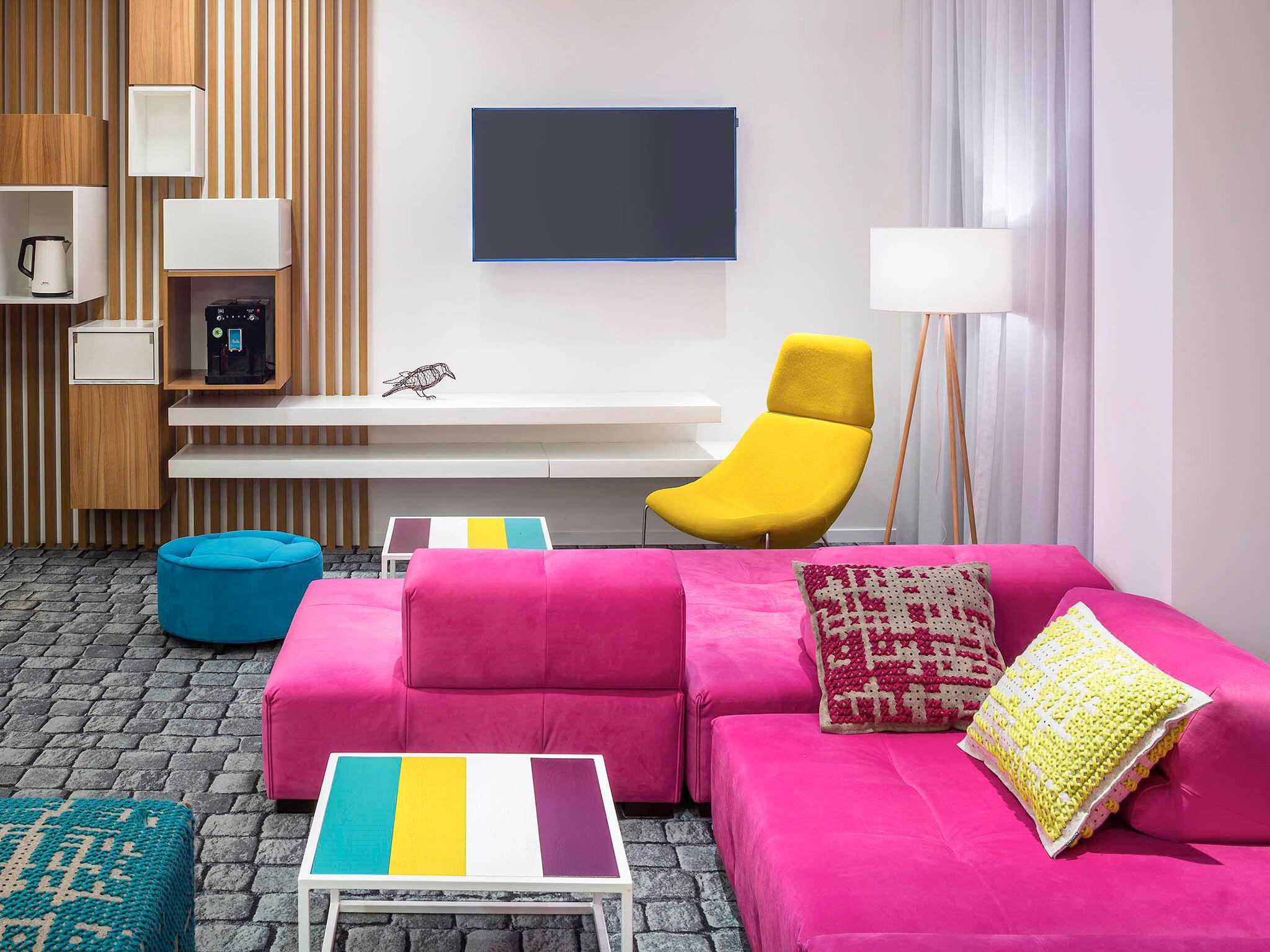 İbis Style Lviv Center'ın odasından bir görüntü.