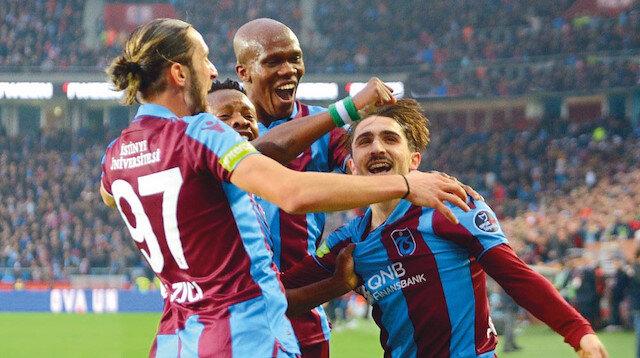 Trabzonspor, ilk yarının son maçında Çaykur Rizespor'u 4-1 yenerek lider Başakşehir ile arasındaki puan farkını 6'ya indirdi.