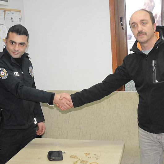 Takside unutulan 20 bin lira değerindeki altınları polise teslim etti