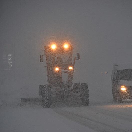 Hakkari'de kış şartları ulaşımı aksatıyor