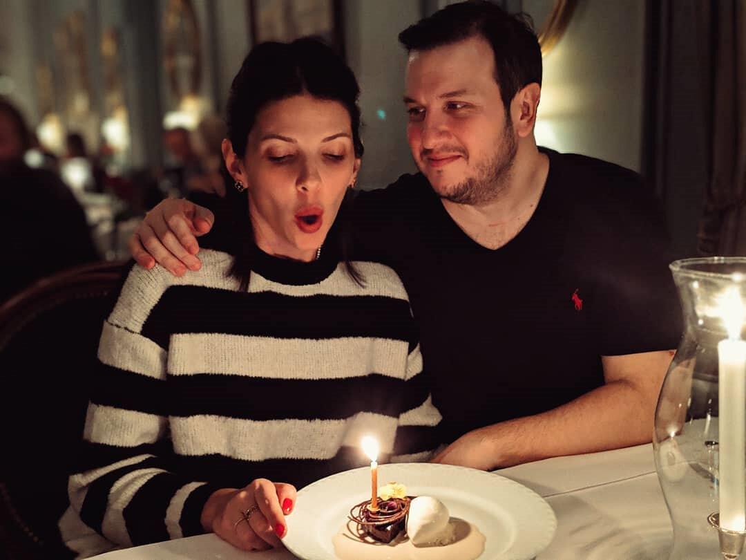 Şahan Gökbakar, eşi Selin Gökbakar'la bir haftalık Kopenhag seyahatine çıktı. Gökbakar, burada eşinin doğum gününü kutladı.