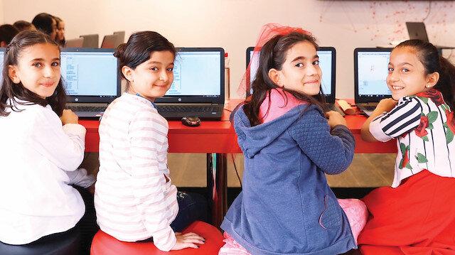 Yaşları 7-14 arasında değişen çocuklara her gün 2 ayrı seansta 4'er saatlik kodlama eğitimleri verildi.