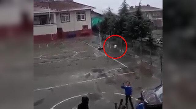 Kendisine kar topu atmasını isteyen öğretmenini kafadan vurdu
