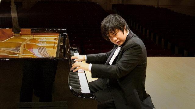 Görme engelli piyanist izleyenleri mest ediyor