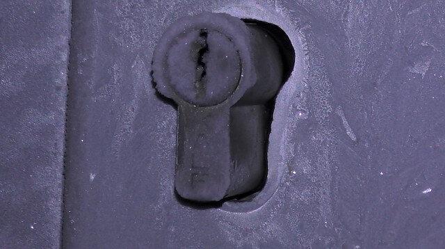 Dondurucu soğuktan kapı kilidinin buz tuttuğu görüldü.