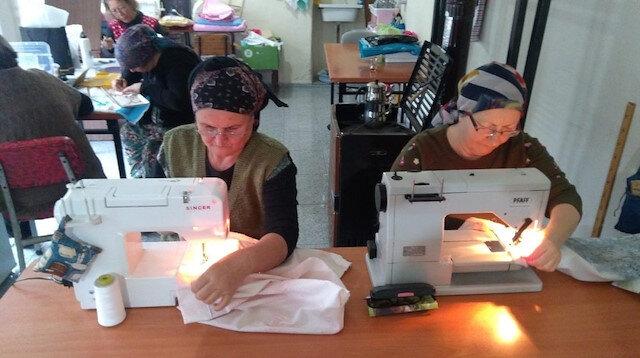 Köydeki kadınlar katıldıkları kursta kendi el emekleri ile bez çantalar dikiyor.