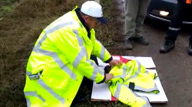 Polis memuru yeleğini yaralı şahinin üzerine örttü