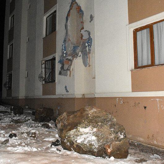 Gümüşhane'de yamaçtan kopan kayalar apartmanın üzerine düştü