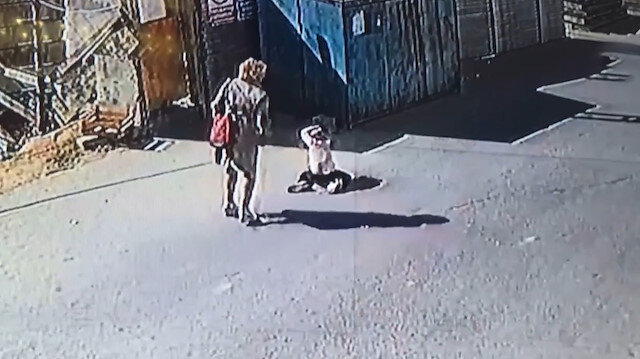 Çocuğunu sokak ortasında darp eden annenin cezası belli oldu
