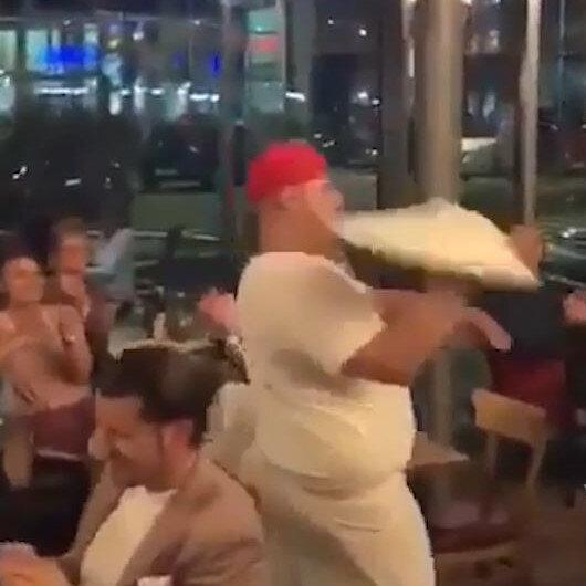 Pizza hamurunu hulahop gibi çeviren pizzacıdan ilginç şov