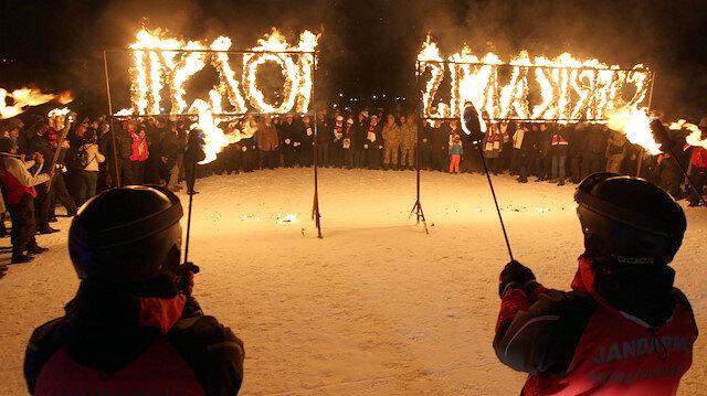 Jandarmadan şehitler anısına meşaleli kayak gösterisi