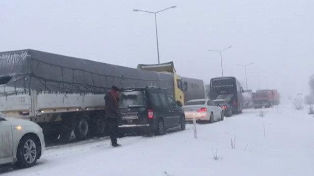 Yoğun kar yağışı ve tipi nedeniyle araçlar yolda mahsur kaldı