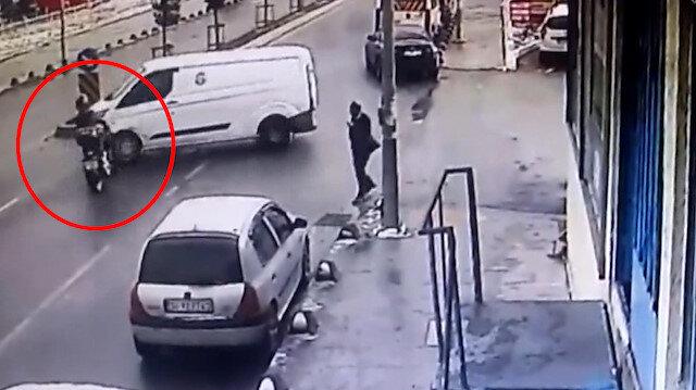 Motosikletlinin ağır yaralandığı kaza anı kamerada