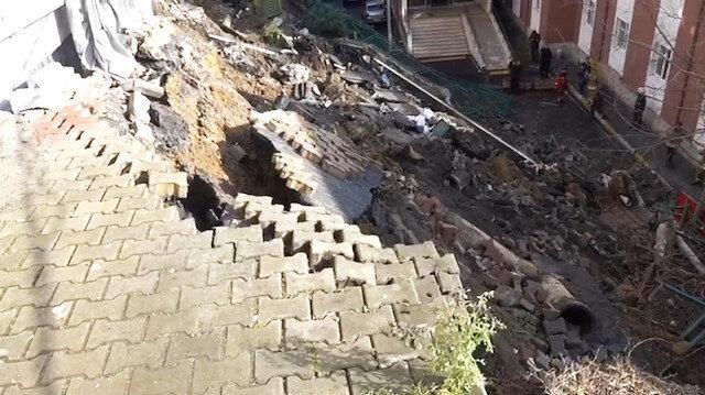 Eyüpsultan'da çöken istinat duvarı hastane bahçesine yıkıldı