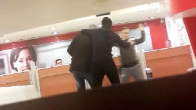 Silahlı soyguncunun müşteriyi rehin aldığı anlar kamerada