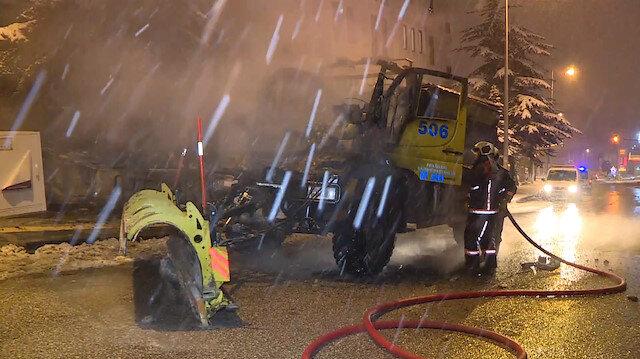 Ankarada seyir halindeki kar küreme aracı yandı