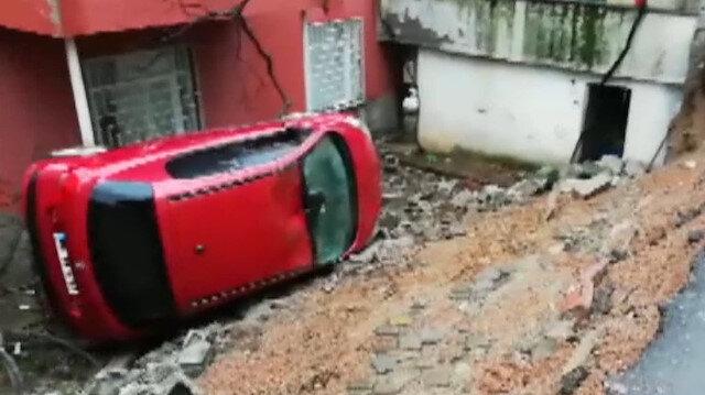 Duvar yıkıldı, otomobil bahçeye devrildi