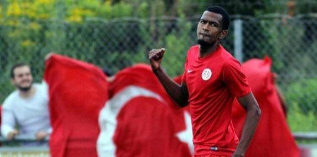 Sözleşmesi feshedilen Maicon bu sezon Antalyaspor formasıyla çıktığı 14 maçta 1 gol 1 asist kaydetti.