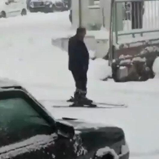 Yağan karı fırsat bilen adam yola kayak takımıyla çıktı