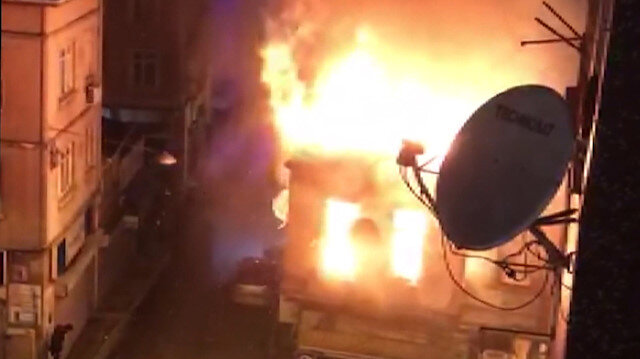 Beyoğlunda iki katlı bina alev alev yandı