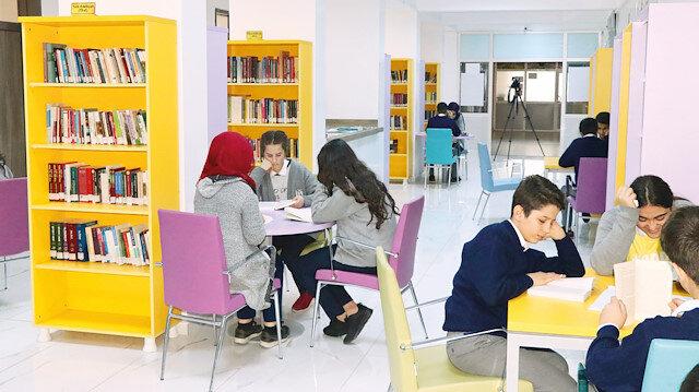 Okul yönetiminin hazırladığı proje kapsamında okul koridorları kütüphaneye çevrildi ve 10 bini aşkın kitap koridora yerleştirildi.