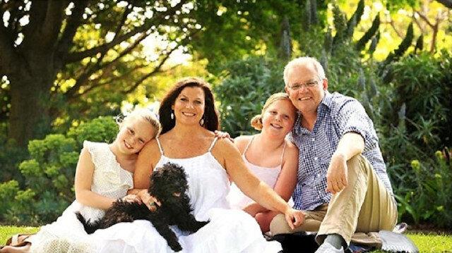 Avustralya Başbakanı Scott Morrison ve ailesiyle çektirdiği fotoğrafta ayakkabısına photoshop yapıldı.