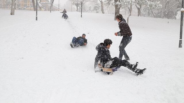 Okul tatilinin ardından öğrenciler kayarak eğlendi.